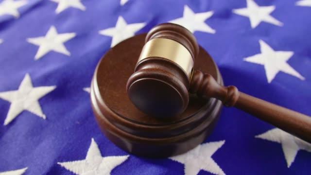 lockdown schuss von hammer auf amerikanische flagge am tisch - dominanz stock-videos und b-roll-filmmaterial