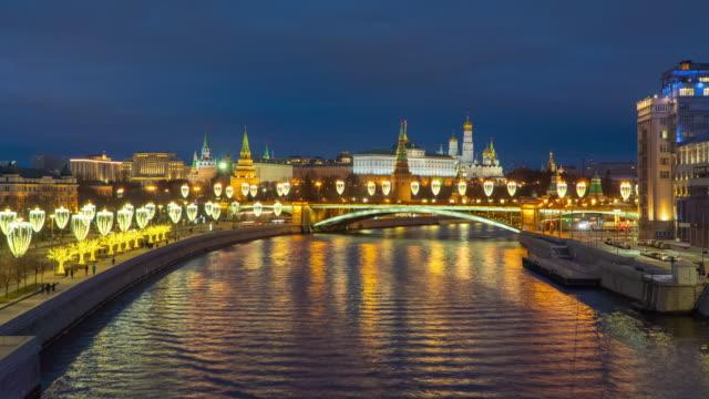 lockdown timelapse grand kreml palace med moskva floden vid skymningen tid - kreml bildbanksvideor och videomaterial från bakom kulisserna