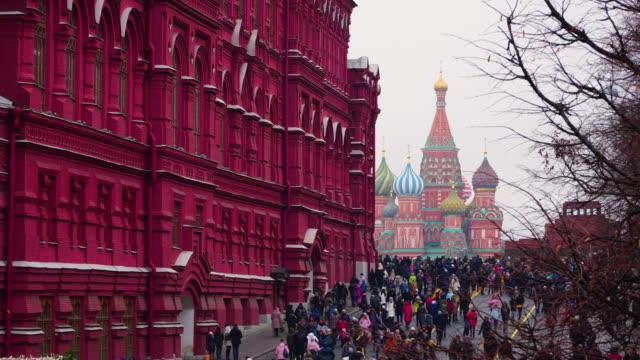 kilitleme timelapse kızıl meydan yeni yıl, moskova, rusya gün içinde kalabalık - katedral stok videoları ve detay görüntü çekimi