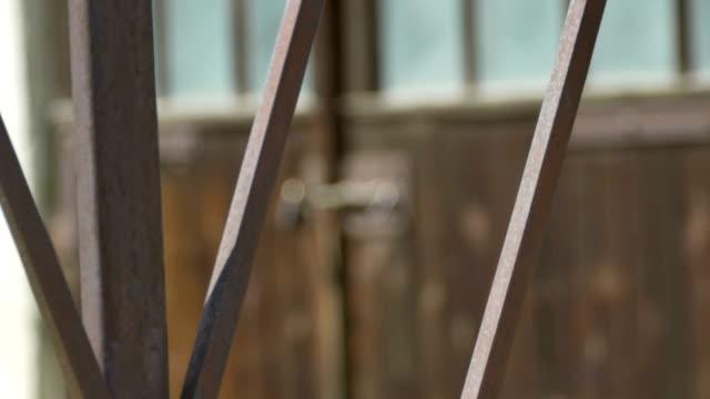 vídeos de stock e filmes b-roll de bloqueado porta de celeiro - door knock