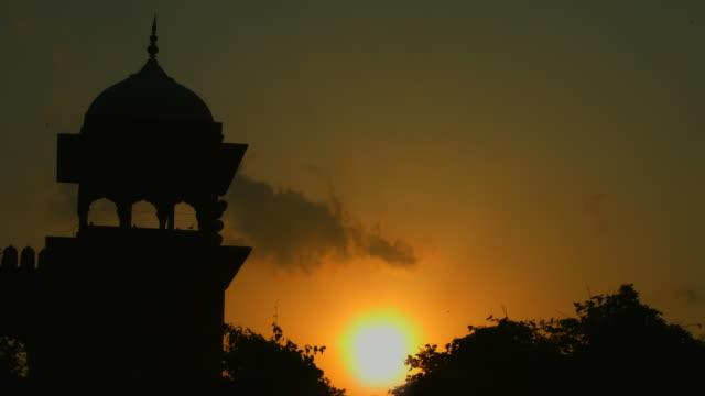 vídeos de stock, filmes e b-roll de bloqueado-na foto da mesquita jama masjid em pôr do sol, nova délhi, índia - nova delhi