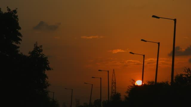 vídeos de stock, filmes e b-roll de bloqueado-na tomada de luzes de rua ao pôr do sol, nova délhi, índia - nova delhi