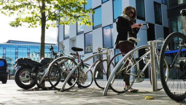 stockvideo's en b-roll-footage met vergrendeling fiets - parkeren