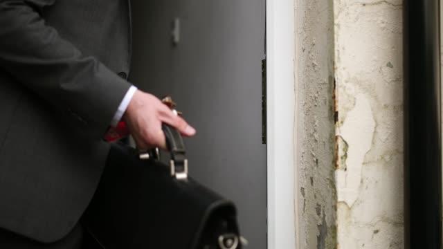 locking the door - frontowe drzwi filmów i materiałów b-roll