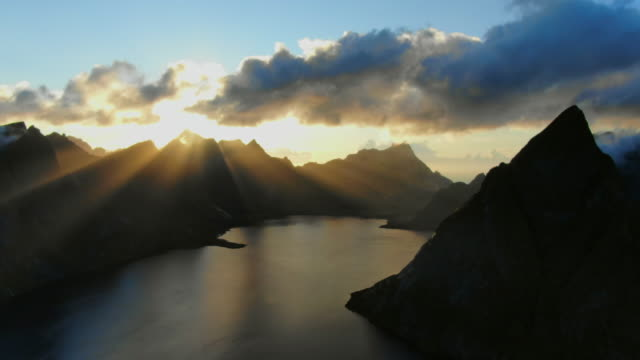 vídeos de stock e filmes b-roll de lofoten islands in norway - lofoten