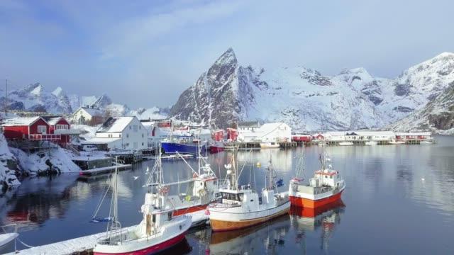 vídeos de stock e filmes b-roll de lofoten winter scenery with hamnoy fishing village, norway, scandinavia - noruega