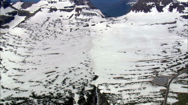 logan pass per siyeh bend vista aerea-montana, glacier county, stati uniti - passo montano video stock e b–roll