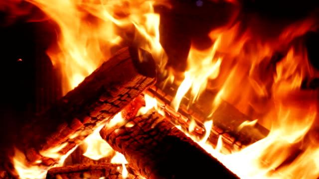 vídeos de stock e filmes b-roll de inicia a gravação em uma lareira - burned oven