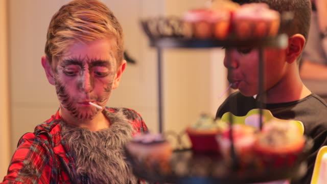 棒棒糖和南瓜雕刻 - halloween candy 個影片檔及 b 捲影像