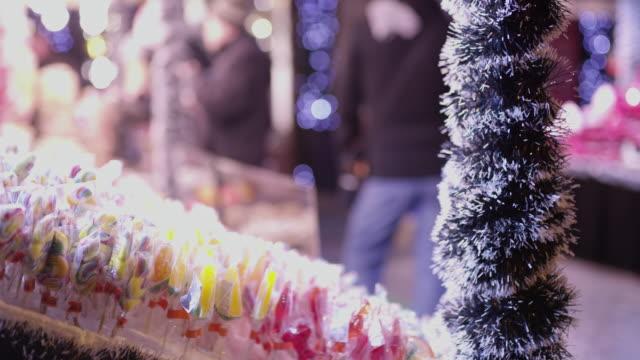 ms-lollipops sackler weihnachtsmarkt, budapest, ungarn - weihnachtsmarkt stock-videos und b-roll-filmmaterial