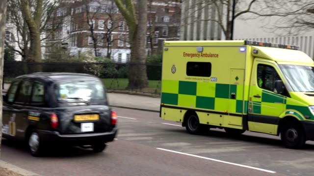 stockvideo's en b-roll-footage met london ambulance passerende - groot brittannië
