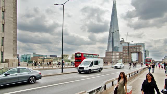london bridge. traffico. persone. - london bridge inghilterra video stock e b–roll
