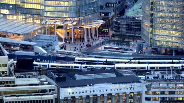 panorama de la ciudad de Londres. London bridge la estación del tren. Vista desde el piso 35. De London - vídeo