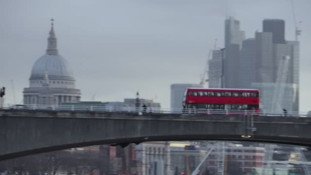 london buses go past st paul's cathedral at dawn - londra video stock e b–roll