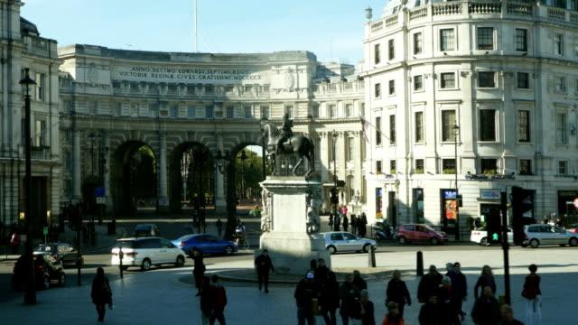 vídeos de stock e filmes b-roll de perspetiva pessoal londres charing cross com estátua equestre de charles i - dia de reis