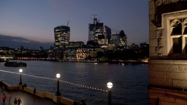 Skyline von London gesehen von der Tower Bridge – Video