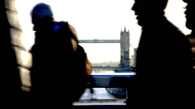 london pendlare. siluett med tower bridge i bakgrunden. - kostym sida bildbanksvideor och videomaterial från bakom kulisserna