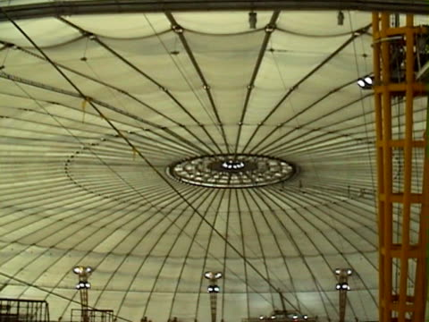 london flashback / construction site: inside millennium dome being built - 10 saniyeden daha kısa stok videoları ve detay görüntü çekimi