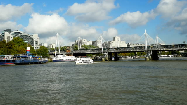 pov londra hungerford ponte e golden jubilee bridge - inghilterra sud orientale video stock e b–roll
