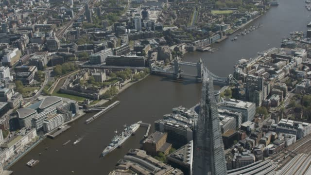 london in lockdown - helicopter / aerial view of the shard and river thames, part 3. april 2020 - london bridge inghilterra video stock e b–roll