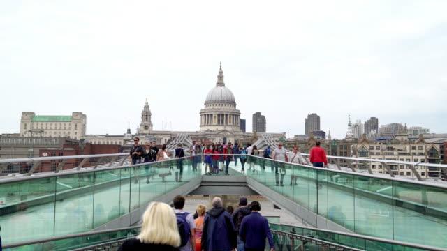 Londoner Millennium Bridge und St. Pauls Cathedral – Video