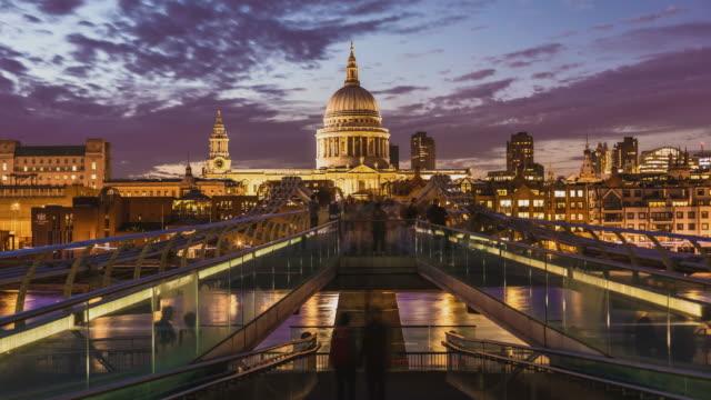 vídeos y material grabado en eventos de stock de milenio puente, londres, lapso de tiempo - london