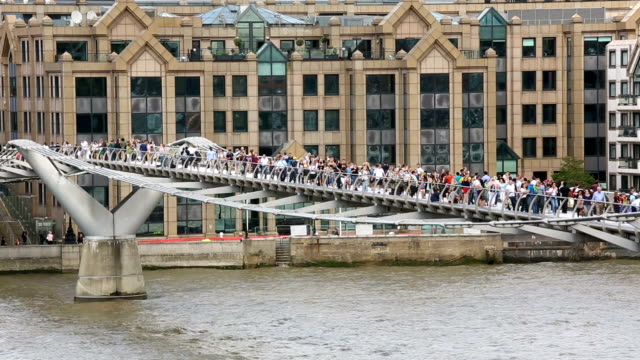 il ponte millennium bridge, londra - inghilterra sud orientale video stock e b–roll