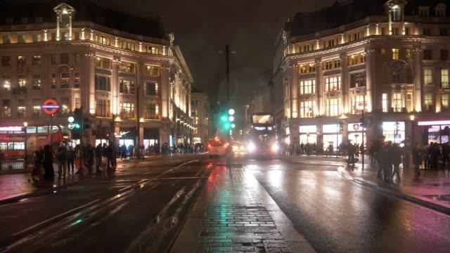 비오는 밤에 런던의 옥스포드 서커스 - 초점 이동 스톡 비디오 및 b-롤 화면