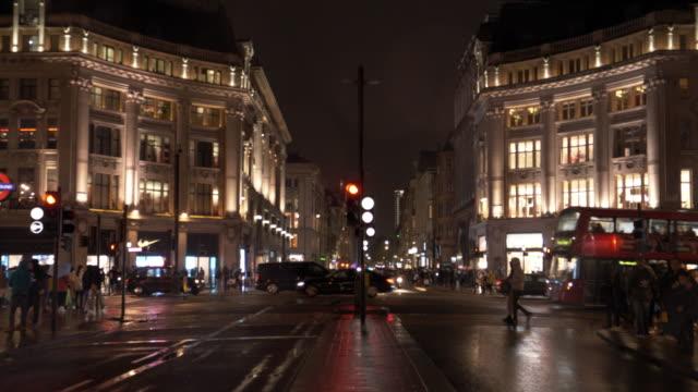 vídeos y material grabado en eventos de stock de londres oxford circus en la noche lluviosa - london