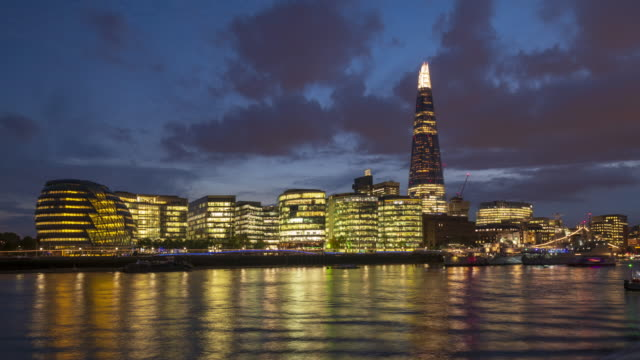 skyline von london und die themse bei abenddämmerung zeitraffer - englandreise stock-videos und b-roll-filmmaterial