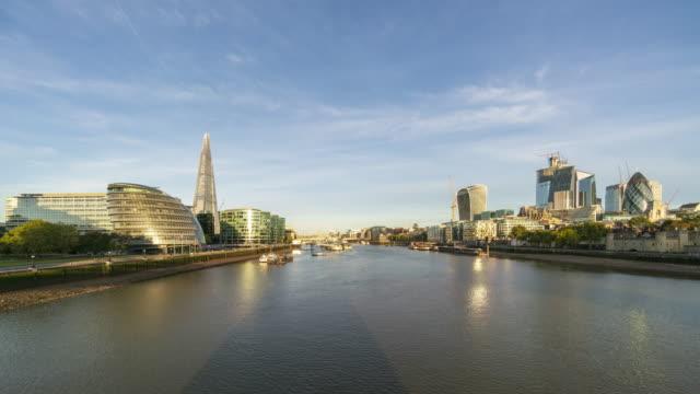 vídeos de stock, filmes e b-roll de skyline de londres e o lapso de tempo do rio thames - largo descrição geral