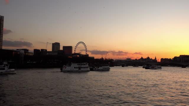 skyline di londra al tramonto - inghilterra sud orientale video stock e b–roll