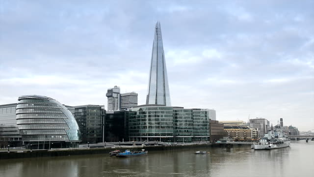 skyline di londra di southwark - london bridge inghilterra video stock e b–roll