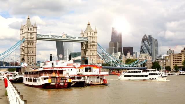london skyline with tower bridge, time lapse - inghilterra sud orientale video stock e b–roll
