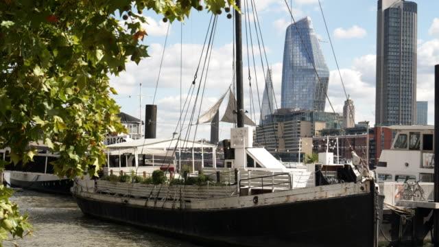 Londoner South Bank Wolkenkratzer von Viktoria-Ufer aus gesehen – Video