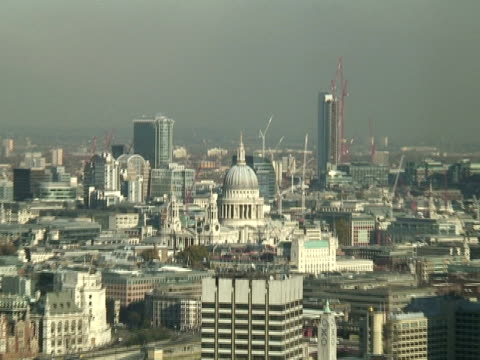 london: st paul's cathedral, zoom in to cityscape - i̇badet yeri stok videoları ve detay görüntü çekimi