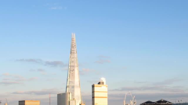 londra al tramonto, time lapse in hd.  the shard e fiume tamigi, - london bridge inghilterra video stock e b–roll