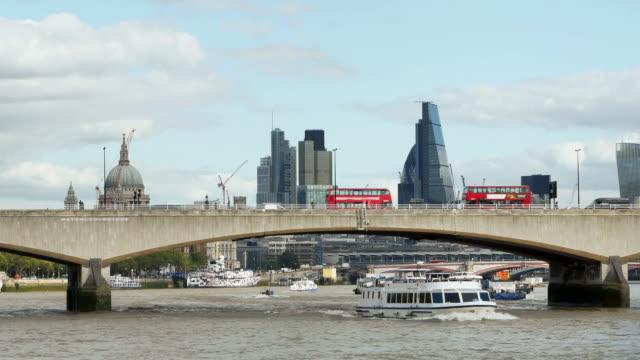 london themsen och den staden cinemagraph - turistbåt bildbanksvideor och videomaterial från bakom kulisserna