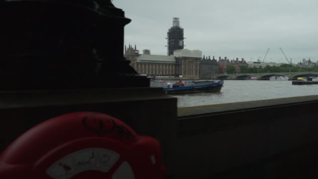 London, the Great Britain, House of Parliament, Westminster Palace, Big Ben, the London Eye, city center, centre, slow motion, walking on a cloudy day