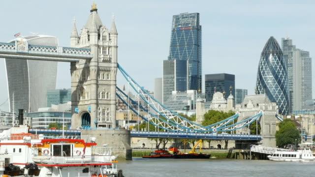 london tower bridge och den staden cinemagraph - turistbåt bildbanksvideor och videomaterial från bakom kulisserna