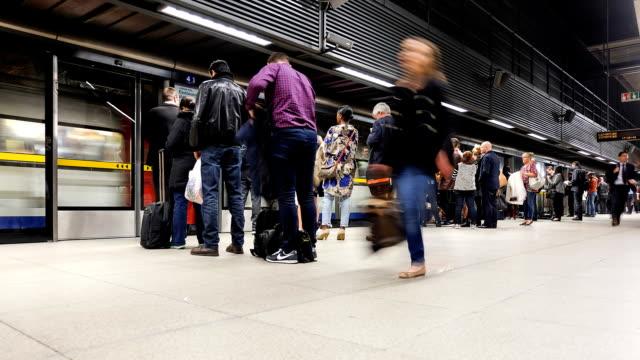 런던 기차 튜브 스테이션 눈비녀골풀 시간-시간경과, 영국, 영국 - 방관적인 사람들 스톡 비디오 및 b-롤 화면