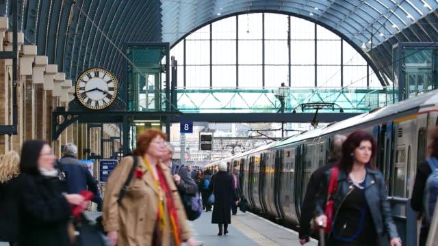 4k londra tren tüp metro istasyonu, bitirim, i̇ngiltere, i̇ngiltere'de yolcu - i̇stasyon stok videoları ve detay görüntü çekimi