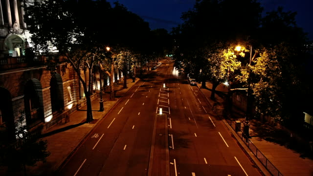 vidéos et rushes de london victoria embankment road nuit, timelapse - car