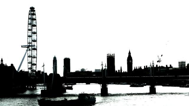b /w ロンドン表示北東方面からお越しの場合 - 都市 モノクロ点の映像素材/bロール