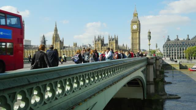 london, westminster bridge und big ben (uhd - wahrzeichen stock-videos und b-roll-filmmaterial