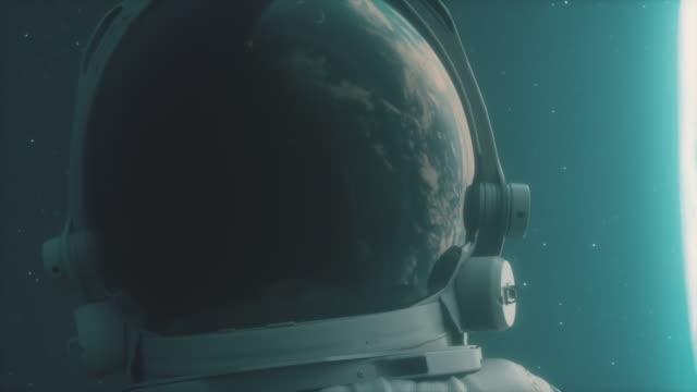 ein einsamer astronaut befasst sich mit dem planetenerde - raumanzug stock-videos und b-roll-filmmaterial