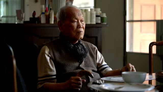 孤独退屈古いアジア人は何も日常生活の中でして - 寂しさ点の映像素材/bロール