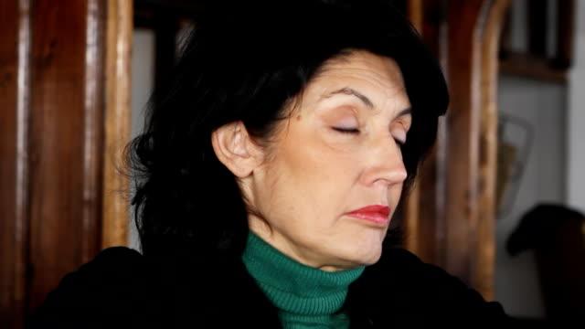 samotność dojrzała kobieta - wine filmów i materiałów b-roll