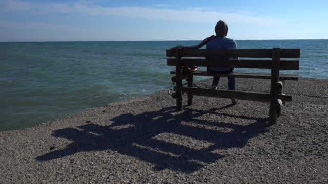 、 孤独です ベンチには、海の桟橋近くのビーチでギリシャ - ベンチ点の映像素材/bロール