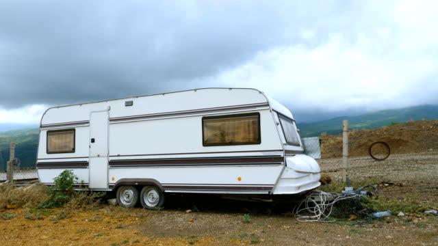 stockvideo's en b-roll-footage met eenzame caravan in de bergen. - caravan